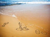 复活节兔子和鸡蛋在沙子在热带海滩 免版税图库摄影