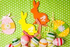 复活节兔子和鸡蛋在绿色背景 免版税库存照片