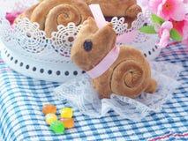 复活节兔子形状的甜面包 面包自创卷 复活节款待 库存图片