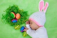 复活节兔子成套装备的美丽的睡觉的婴孩 免版税库存图片