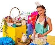 复活节兔子拿着在篮子的妇女的耳朵头饰带兔子 库存图片