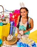 复活节兔子拿着在篮子的妇女的耳朵头饰带兔子 库存照片