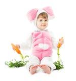 复活节兔子服装的婴孩用红萝卜,孩子女孩兔子野兔 免版税库存图片