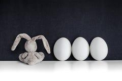 复活节兔子用在黑黑板的色的鸡蛋 免版税库存照片