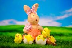 复活节兔子用小鸡愉快的复活节彩蛋 免版税图库摄影