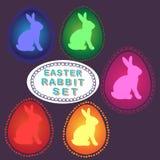 复活节兔子` s集合用色的鸡蛋和兔子 库存图片