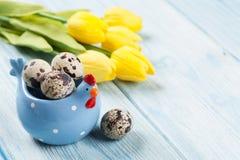 复活节卡片用鸡蛋和黄色郁金香 免版税库存图片