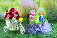 复活节卡片,复活节彩蛋小鸡和篮子用野兔-工艺品 库存图片