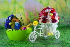 复活节卡片,复活节彩蛋小鸡和鸡蛋用野兔-工艺品 库存照片
