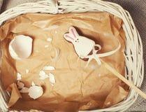 复活节卡片,糖果玩具兔宝宝的庆祝与 免版税库存图片