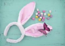 复活节变粉红色在水色蓝色木头的兔宝宝耳朵 免版税图库摄影