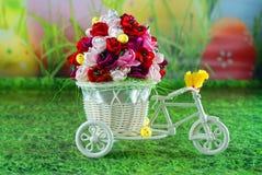 复活节和春天贺卡,在一辆自行车的小鸡用复活节彩蛋 免版税库存照片