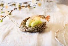复活节在土气秸杆巢的装饰鸡蛋 库存照片