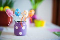 复活节在桌上的春天装饰 免版税库存照片