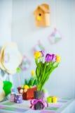 复活节在桌上的春天装饰 库存照片