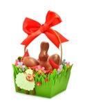 复活节在礼物篮子的巧克力兔宝宝和鸡蛋 免版税图库摄影