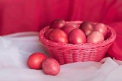 复活节在篮子的桃红色鸡蛋 免版税图库摄影