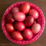 复活节在篮子的桃红色鸡蛋 免版税库存图片