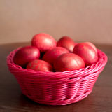 复活节在篮子的桃红色鸡蛋 库存图片