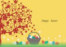 复活节天,红色开花用在草的五颜六色的鸡蛋 在背景中,染黄 免版税库存照片