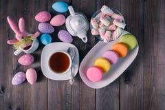 复活节孩子breakfst用色的蛋白杏仁饼干 免版税库存图片