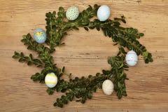 复活节巢用在木头的复活节彩蛋 免版税库存图片