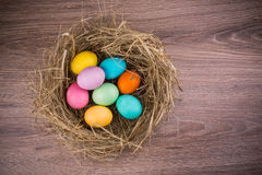 复活节巢用色的鸡蛋 库存图片