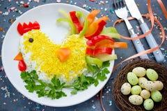 复活节开胃菜沙拉形状的鸡或母鸡 免版税库存照片
