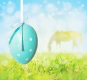 复活节彩蛋、吃草马天空和剪影  免版税库存图片