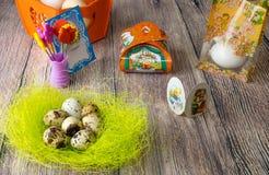复活节彩蛋制表与图片和贴纸的装饰铁在 免版税库存图片