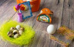 复活节彩蛋制表与图片和贴纸的装饰铁在 库存照片