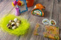 复活节彩蛋制表与图片和贴纸的装饰铁在 免版税图库摄影