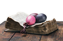 复活节彩蛋和一个念珠在一部开放圣经 免版税图库摄影