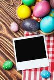 复活节彩蛋和一个老画框 免版税库存照片