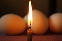 复活节彩蛋和一个蜡烛 库存照片