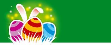 复活节彩蛋和兔宝宝耳朵在绿色背景 免版税库存图片