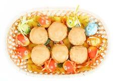 复活节彩蛋和在篮子的自创甜蛋糕 免版税库存照片