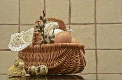 复活节彩蛋和复活节篮子 免版税库存照片