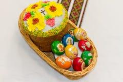 复活节彩蛋和复活节蛋糕或者paskhas 库存照片
