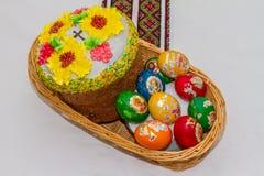 复活节彩蛋和复活节蛋糕或者paskhas 库存图片