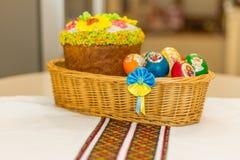 复活节彩蛋和复活节蛋糕或者paskhas 免版税库存照片