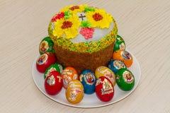 复活节彩蛋和复活节蛋糕 库存图片