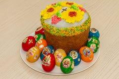 复活节彩蛋和复活节蛋糕 图库摄影