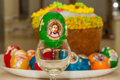 复活节彩蛋和复活节蛋糕 库存照片