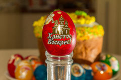 复活节彩蛋和复活节蛋糕 免版税库存照片