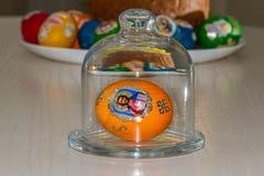 复活节彩蛋和复活节蛋糕 免版税库存图片