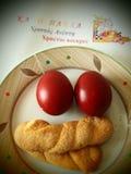 复活节彩蛋和曲奇饼 免版税图库摄影