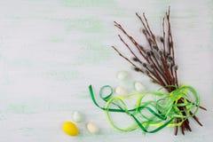 复活节彩蛋和柳树分支与绿色丝带 免版税库存图片