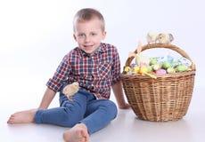 复活节彩蛋和男孩 免版税库存照片
