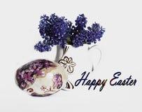 复活节彩蛋和精密春天在一个白色花瓶开花 库存照片